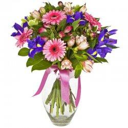 זר פרחי העונה בגוון סגול