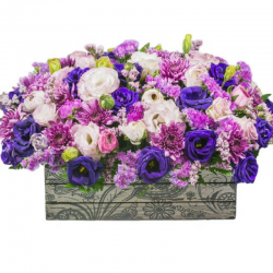 סידור פרחים כחולים לבנים וסגולים